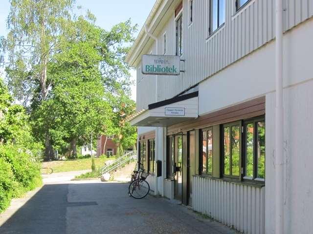 Hindås bibliotek ligger i centrala Hindås, mellan ICA Hindåsen och Hindås skola.