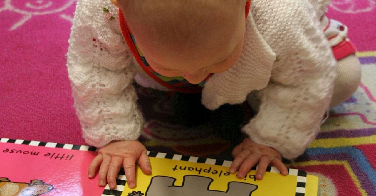 Ett barn läser en pekbok