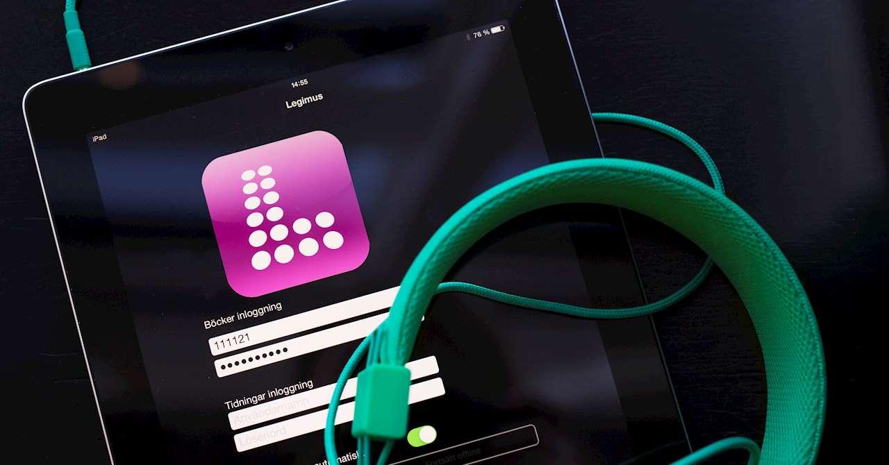 Ipad som visar appen Legimus och ett par gröna hörlurar.