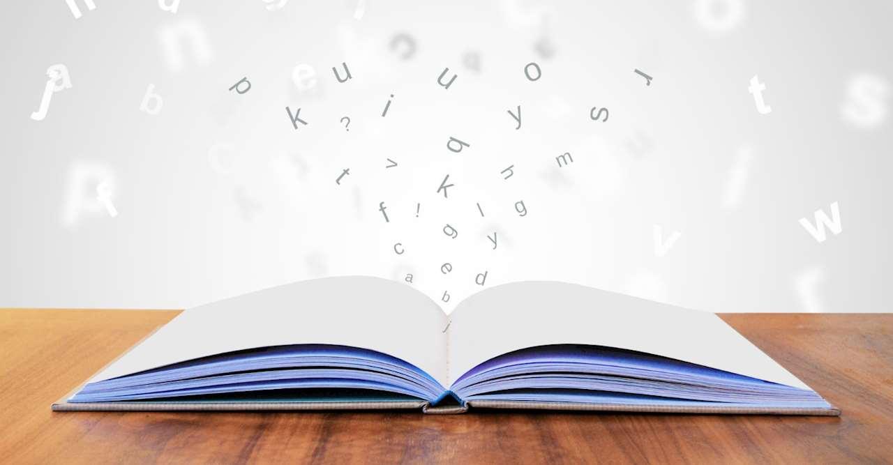 Uppslagen bok med bokstäver som svävar ovanför